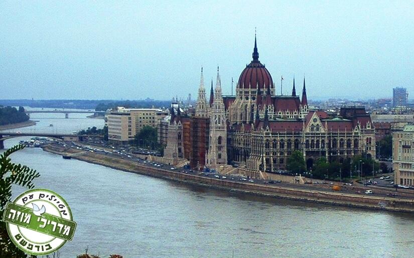 מראה בית הפרלמנט ביום סגריר
