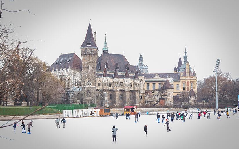 החלקה על הקרח בבודפשט - Ice Rink in Budapest City Park