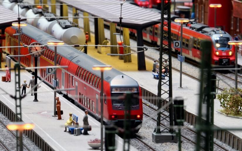 רכבות חשמליות נוסעות על המסילות  |  Photo by: Miniversum